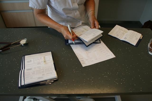 Alle titerstaaltjes worden netjes in de paspoortjes geplakt. Een hele administratie!
